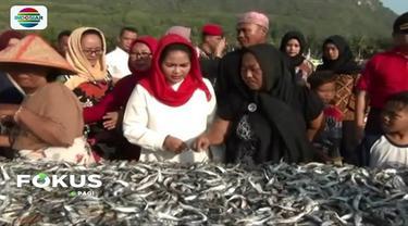 Janji tingkatkan kesejahteraan nelayan, Cawagub Jawa Timur, Puti Guntur Soekarno beli terasi dan ikan di Kampung Nelayan Pantai Puger, Jember.