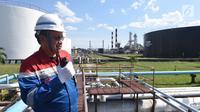 Manager Production RU II Pertamina Sei Pakning Nirwansyah meninjau area kilang RU II Sei Pakning, Bengkalis, Riau Selasa (17/10). Kilang tersebut memiliki luas mencapai 280 hektare. (Liputan6.com/Yulia)