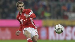 2. Philipp Lahm - Lahm merupakan salahsatu bek terbaik pemain serbabisa yang pernah dimiliki Bayer Munchen. Pemain asal Jerman ini mampu bermain sebagai bek kiri dan bek kanan serta menjadi gelandang bertahan di skuat Bayern Munchen. (AP Photo/Matthias Schrader)