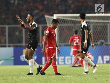 Pemain Persija, Ramdani Lestaluhu tertunduk usai pemain Home United mencetak gol saat laga kedua Semifinal Zona Asia Tenggara Piala AFC 2018 di Stadion GBK, Jakarta, Selasa (15/5). Babak pertama Persija tertinggal 1-3. (Liputan6.com/Helmi Fithriansyah)
