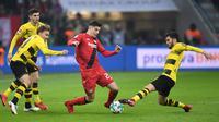 Gelandang Leverkusen, Kai Havertz, berusaha melewati pemain Borussia Dortmund dalam laga kompetisi Bundesliga di Leverkusen, Jerman pada 2 Desember 2017. Bayer Leverkusen bermain imbang 1-1 atas Borussia Dortmund. (AFP/Patrik Stollarz)