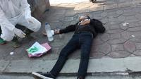 Seorang pria berusia 37 tahun, nekat melakukan percobaan bunuh diri dengan minum air deterjen karena ditolak pulang oleh keluarganya sendiri, lantaran takut virus corona. (Liputan6.com/ Ahmad Adirin)