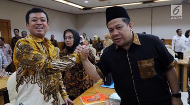 Kepala BNP2TKI Nusron Wahid berjabat tangan dengan Wakil Ketua DPR Fahri Hamzah saat mengikuti rapat kerja dengan Tim Pengawas Tenaga Kerja Indonesia (TKI) di Kompleks Parlemen, Senayan, Jakarta, Rabu (21/3). (Liputan6.com/JohanTallo)