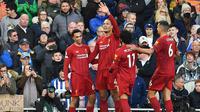 Para pemain Liverpool merayakan gol yang dicetak Virgil Van Dijk ke gawang Brighton pada laga Premier League di Stadion Anfield, Liverpool, Sabtu (1/12). Liverpool menang 2-1 atas Brighton. (AFP/Paul Ellis)