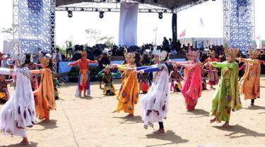 Tarian tradisional iringi pembukaan Festival Pesona Tanjung Lesung di Pandeglang, Banten (28/9). Festival yang mengusung Sport and Adventure digelar pada 28-30 September. (Liputan6.com/HO/Nick)