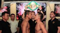 Petinju Indonesia, Daud Yordan (depan kiri), akan menghadapi Aekkawee Kaewmanee (depan kanan) dari Thailand dalam perebutan gelar WBC International Challenge, yang berlangsung di Pattaya, Thailand, Minggu (4/8) malam. (Mahkota Promotion)