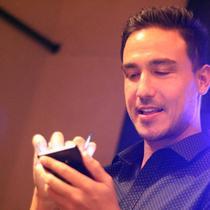 Hamish Daud ketika mencoba secara langsung Samsung Galaxy Note 8 di New York. Liputan6.com/ Aditya Eka Prawira