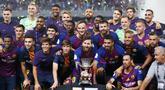 Para pemain Barcelona melakukan selebrasi usai menjuarai Piala Super Spanyol dengan mengalahkan Sevilla di Stadion Ibn Batouta, Tangiers, Minggu (12/8/2018). Barcelona menang 2-1 atas Sevilla. (AP/Mosa'ab Elshamy)