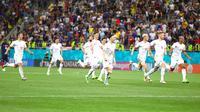 Para pemain Swiss merayakan kemenangan atas Prancis pada akhir pertandingan babak 16 besar Euro 2020 di Stadion National Arena, Bucharest, Rumania, Selasa (29/6/2021). Swiss menyingkirkan Prancis usai menang 5-4 (3-3). (Marko Djurica/Pool Photo via AP)