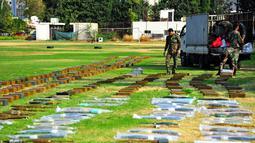 Senjata dan amunisi sitaan terlihat di pangkalan militer Suriah di Damaskus, ibu kota Suriah (8/11/2020). Tentara Suriah menyita senjata dan amunisi dari daerah yang sebelumnya dikuasai pemberontak di wilayah selatan dan mengangkutnya ke pangkalan militer di Damaskus. (Xinhua/Ammar Safarjalani)