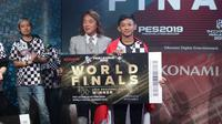 Rizky Faidan (kanan) berhasil menjadi jawara Asia PES 2019. Ia akan mewakili Benua Kuning ke World Finals PES 2019.  (FOTO / LIGA1PES)
