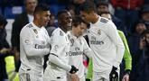 Para pemain Real Madrid merayakan gol yang dicetak oleh Luka Modric ke gawang Sevilla pada laga La Liga di Stadion Santiago Bernabeu, Sabtu (19/1). Real Madrid menang 2-0 atas Sevilla. (AP/Andrea Comas)