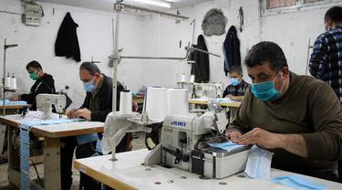 Intip Kesibukan Pekerja Pembuat Masker di Palestina