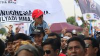 Seorang anak terlihat saat gelaran Capres No Urut 02 Prabowo Subianto menyapa Bogor di area Stadion Pakansari, Kab Bogor, Jumat (29/3). Keterlibatan anak-anak dalam kampanye sudah diatur dalam undang-undang pemilu dan undang-undang perlindungan anak. (Liputan6.com/Helmi Fithriansyah)