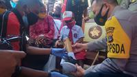 Foto: Kapolda NTT Irjen pol Lotharia Latif saat menyerahkan bantuan kaki palsu untuk Yesi Ndun bocah difabel di Kecamatan Takari, NTT (Liputan6.com/Ola Keda)