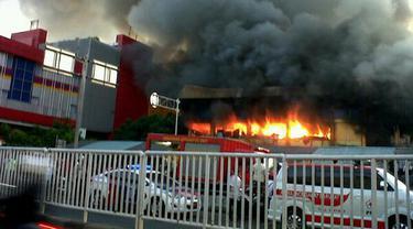 Angin Kencang Persulit Pemadaman Kebakaran Pasar Senen