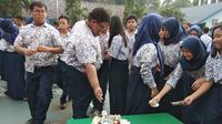 Murid SMP Angkasa, Jakarta Timur sisihkan uang dari hujan uang Tung Desem Waringin untuk amal (Liputan6.com/Giovani Dio Prasasti)