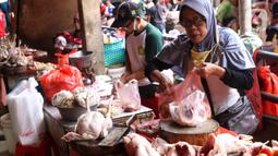 Pedagang menata ayam potong yang dijual di Pasar Kebayoran Lama, Jakarta, Rabu (14/4/2021). Memasuki bulan Ramadan, harga daging ayam alami kenaikan dari Rp 39 ribu menjadi Rp 45 ribu per kilogram. (Liputan6.com/Angga Yuniar)