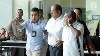Anggota DPR, Melchias Marcus Mekeng (tengah) meninggalkan gedung KPK, Jakarta, Kamis (10/8). Usai diperiksa sebagai saksi TPK pengadaan paket penerapan KTP elektronik, Melchias Marcus Mekeng tidak memberi komentar apapun. (Liputan6.com/Helmi Fithriansyah)