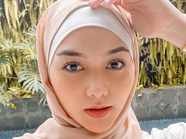 Memiliki pars cantik, sejak emmutuskan untuk berhijab Citra Kirana kerap bagikan OOTD-nya di Instagram. Seperti saat ia memakai hijab berwarna beige serta kemeja senada, membuatnya tampil anggun.(Liputan6.com/IG/@citraciki)