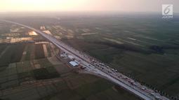 Foto udara antrean kendaraan pemudik di jalur tol fungsional GT Kertasari, Tegal, Minggu (10/6). Memasuki H-5 lebaran GT Kertasari mulai dipadati kendaraan pemudik dari arah Jakarta. (Liputan6.com/Arya Manggala)