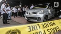 Tim Penyelidik dari Komnas HAM didampingi penyidik Polda Metro Jaya melakukan pemeriksaan mobil yang digunakan oleh polisi dan enam laskar Front Pembela Islam (FPI) dalam insiden Tol Jakarta-Cikampek KM 50 di Polda Metro Jaya, Jakarta, Senin (21/12/2020).