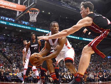 Pemain Toronto Raptors, Kyle Lowry #7 mencoba melewati hadangan pemain Miami Heat, Goran Dragic (kanan) pada laga NBA di Air Canada Centre, (4/11/2016). Raptors menang 96-87. (Reuters/Dan Hamilton-USA TODAY Sports)