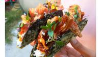 Jika kalian menyukai makanan jepand dan mexico dan ingin memakannya dalam satu makanan, coba deh Taco Sushi satu ini.