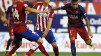 Neymar coba lepaskan tembakan di tengah adangan bek Atletico Madrid ( REUTERS/Javier Barbancho)