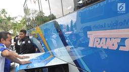 Supir menutup Tangki gas Bus BRT Trans Semarang usai diisi dengan gas di Semarang, Rabu (9/1).  Sebanyak 72 bus dari koridor 1, 5, 6, 7, dan koridor Bandara telah dipasang alat Konveter BBG. (Liputan6.com/Gholib)