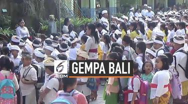 Ratusan siswa SD di Denpasar Bali dikejutkan getaran keras gempa Selasa (16/7) pagi. Mereka berhamburan keluar dari ruangan kelas untuk menyelamatkan diri.