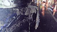 Kondisi bahu jalan yang amblas di Bekasi Timur, Tol Cikampek. (TMC Polda Metro Jaya)