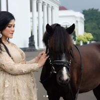 Saat itu, Kahiyang Ayu terlihat begitu cantik berkat polesan makeup dari Juanda Hasid Sorumba. Tentu saja penampilan Kahiyang ini pun langsung menuai pujian dari publik. (Foto: instagram.com/bennusorumba)