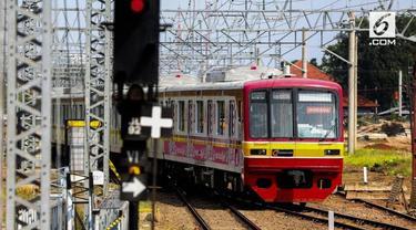 Sebuah kereta barang anjlok di stasiun Jatinegara dini hari tadi. Hal ini menyebabkan jadwal KRL terganggu dan membuat warga marah.