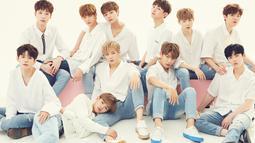 Uniknya para penggemar Wanna One tidak hanya dari kalangan wanita saja, akan tetapi mereka juga mempunyai banyak fanboy. Para penggemar ini juga kerap mengikuti Wanna One pergi. (Foto: Soompi.com)
