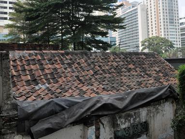 Kondisi sebuah rumah usang yang berada di halaman belakang apartemen Thamrin Executive Residence, Kebon Melati, Jakarta, Minggu (22/9/2019). Rumah milik Elis (46) itu menjadi satu-satunya yang bertahan di antara gedung-gedung tinggi yang dibangun sejak 2012 silam. (merdeka.com/Iqbal S Nugroho)