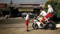 Bocah SD naik motor sport Suzuki GSX-R150. (@agoez_bandz )