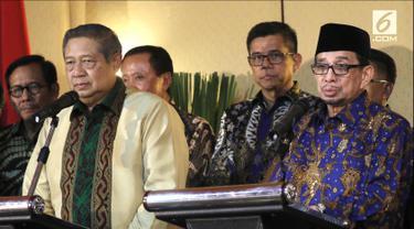 Ketua Umum Partai Demokrat Susilo Bambang Yudhoyono dan Ketua Majelis Syuro PKS Salim Segaf Al-Jufri memberikan keterangan pers usai pertemuan di Gran Melia, Jakarta, Senin (30/7). (Liputan6.com/Herman Zakharia)