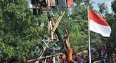 Petugas dari UPK Badan Air Dinas Lingkungan Hidup (DLH) Kecamatan Duren Sawit berusaha mencapai puncak saat lomba panjat pinang dalam rangka HUT ke-74 RI di Kanal Banjir Timur, Jakarta, Sabtu (17/8/2019). (merdeka.com/Iqbal S. Nugroho)