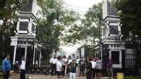 Garis polisi di pintu gerbang taman Air Mancur Sri Baduga Purwakarta terpasang sehari semalam. (Liputan6.com/Abramena)