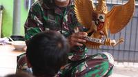 Danramil 04 Ciledug Kodim 0506 Tangerang, Kapten Infanteri Tarsan tengah memberikan pemahaman Pancasila kepada anak-anak di Kampung Pancasila, Karang Tengah, Kota Tangerang, Selasa (1/6/2021). (Liputan6.com/Angga Yuniar)