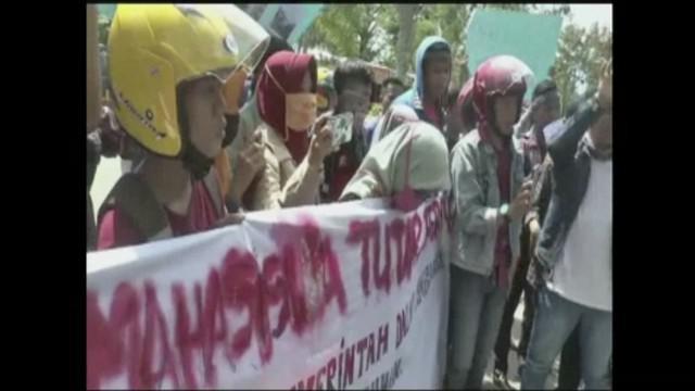 Puluhan mahasiswa unjuk rasa tuntut Bupati Polewali Mandar perbaiki infrastruktur di Kecamatan Tutar, Sulawesi Barat.
