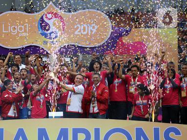 Ketum PSSI, M Iriawan (baju putih) menyerahkan piala Liga 1 Putri 2019 kepada kapten tim Persib Putri, Een Sumarni di Stadion Pakansari, Kab Bogor, Jawa Barat, Sabtu (28/12/2019). Persib Putri menjuarai Liga 1 Putri 2019 usai mengalahkan PS Tira-Kabo Kartini 3-1. (Liputan6.com/Helmi Fithriansyah)