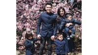 Saat sedang berlibur ke Jepang, Jonathan Frizzy dan keluarganya terlihat begitu kompak mengenakan pakaian dengan warna senada. (Foto: instagram.com/ijonkfrizzy)