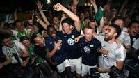 Para pemain VfL Wolfsburg merayakan keberhasilan bertahan di Bundesliga. (AFP/Ronny Hartmann)