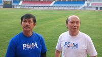 Pelatih Timnas Indonesia U-23, Indra Sjafri (kiri) didampingi CEO PSIM, Bambang Susanto melihat wajah terkini Stadion Mandala Krida, Yogyakarta, Minggu (16/6/2019). (Bola.com/Vincentius Atmaja)