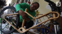 Pekerja sedang menata sepeda kayu di Gedung LIPI , Cibinong, Kabupaten Bogor, Jawa Barat, Rabu (30/10/2019). Jenis sepeda ini di buat dari kayu solid dan jati. (Liputan6.com/Herman Zakharia)