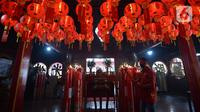 Warga keturunan Tionghoa bersiap melakukan sembahyang saat perayaan Tahun Baru Imlek 2572 di Vihara Dharma Bhakti, Glodok, Jakarta, Jumat (12/2/2021). Perayaan Imlek tahun ini, pengurus vihara melakukan pembatasan pengunjung dan tetap mengikuti protokol kesehatan COVID-19. (merdeka.com/Imam Buhori)