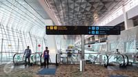 Petugas saat melintas menggunakan eskalator di Terminal 3 Bandara Soekarno-Hatta, Tangerang, Senin (24/04). Terminal 3 ini dilengkapi sejumlah fasilitas seperti 64 konter imigrasi dan 30 autogate imigrasi. (Liputan6.com/Fery Pradolo)
