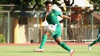 Mantan gelandang Arema FC, Nasir, menjalani latihan perdana bersama Persebaya Surabaya di Stadion UNY, Sleman, Yogyakarta, Kamis (16/1/2020). (Bola.com/Aditya Wany)